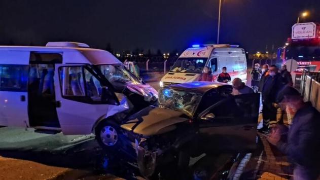 Kayseride servis minibüsü ile otomobil çarpıştı: 6sı asker 8 yaralı