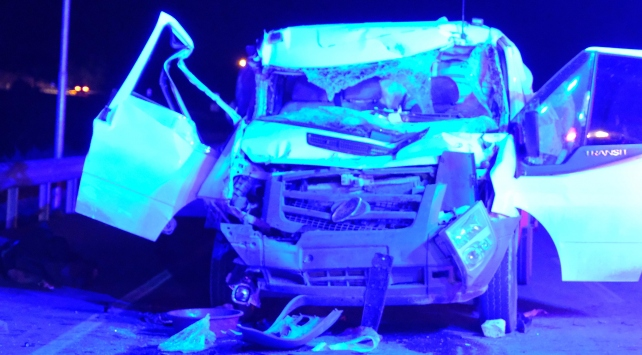 Mersinde kamyon ile kamyonet çarpıştı: 2 ölü, 2 yaralı