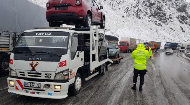 Erzincan-Sivas kara yolunda ulaşıma kar ve sis engeli