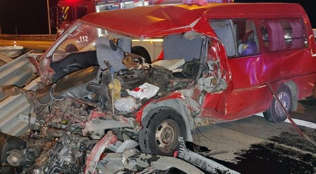 TEMde hurdaya dönen minibüsten 7 kişi yaralı kurtuldu