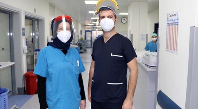 COVID-19u yenen sağlıkçı çift: Merdivenleri çıkabildiğimiz için mutluyuz