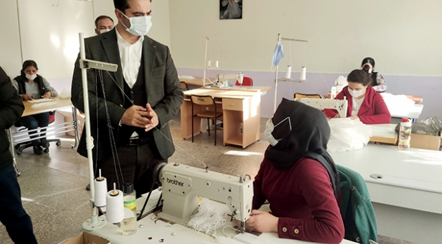 Kadınların ürettiği maskeler ilçe halkına ücretsiz dağıtılıyor