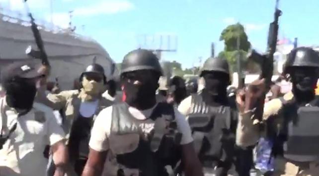 Haitili polisler sağlıksız çalışma koşullarını protesto etti