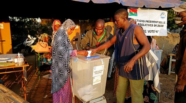 Burkina Fasoda halk sandık başında