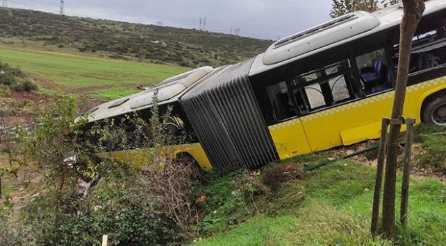 İstanbulda İETT otobüsü devrildi