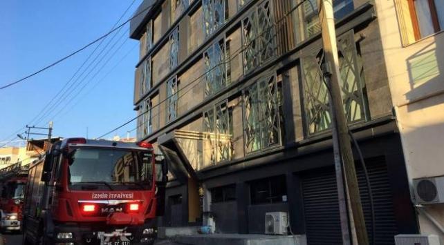 İzmirde yangın: Mahsur kalan 5 kişiyi itfaiyeciler kurtardı