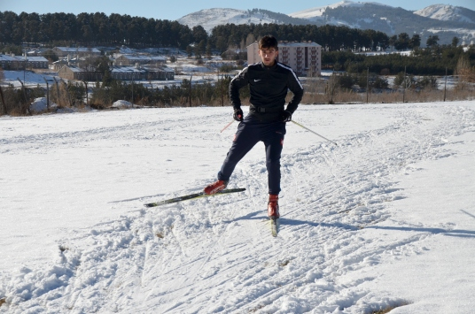 Karsta kar yağışını fırsat bilen kayaklı koşucular antrenman için sahaya indi