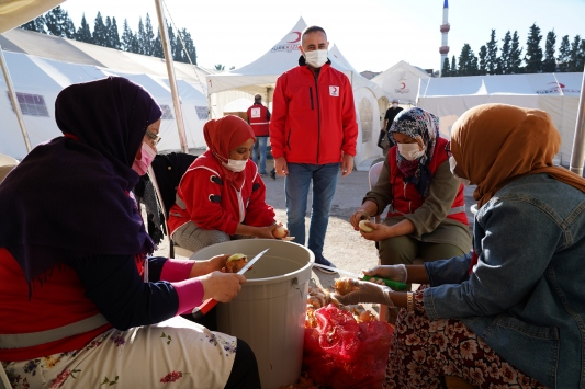 Yabancı öğrenciler, İzmir depremi sonrası Türk Kızılay gönüllüsü oldu