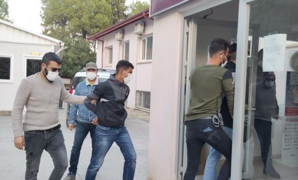 Muğlada askerin beylik tabancasını çaldıkları iddia edilen iki zanlı İzmirde yakalandı