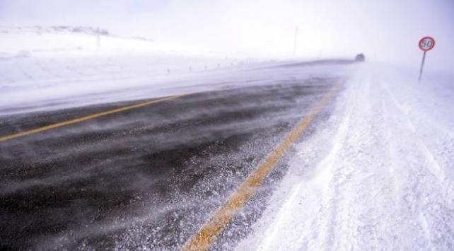Ardahanda kar ve tipi ulaşımı aksattı