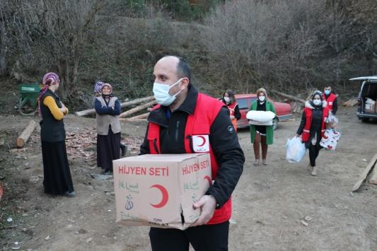 Türk Kızılaydan 10 evin yandığı köye yardımlar sürüyor