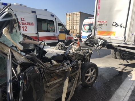 Anadolu Otoyolunda otomobil kamyonla çarpıştı: 4 yaralı