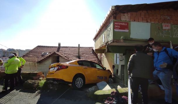 Sarıyerde taksi eve girdi