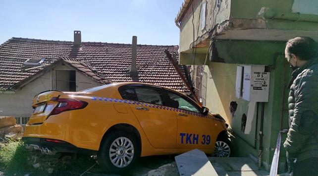 Sarıyerde freni boşalan taksi eve girdi