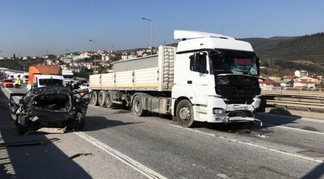 Tır orta şeritte duran otomobile çarptı: 1 ölü