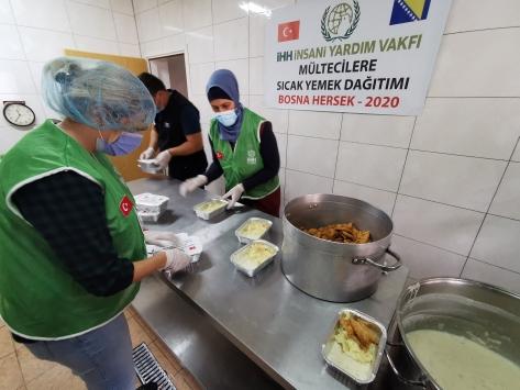 İHHden Bosna Hersekteki düzensiz göçmenlere sıcak yemek yardımı
