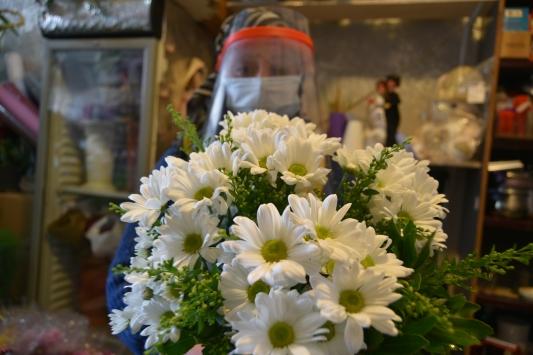 Karsta çiçekçiler Öğretmenler Günü için çiçekleri dezenfekte ediyor