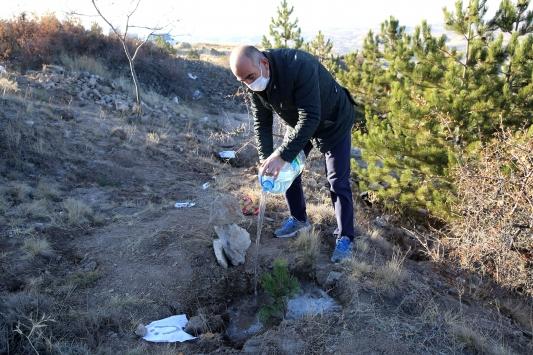 Nevşehirde vefat eden ve yeni doğanlar için dikilen fidanlara can suyu verildi