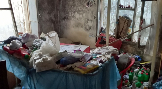 Çöp evde yaşayan genç kadın hastaneye kaldırıldı