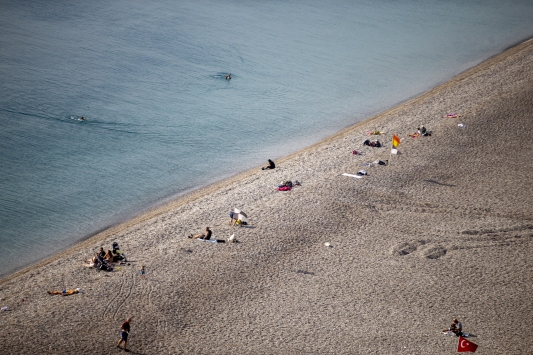 Antalyada 65 yaş ve üstü vatandaşların güneş keyfi