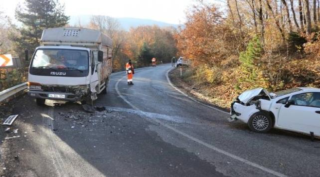 Boluda kamyonetle otomobil çarpıştı: 5 yaralı