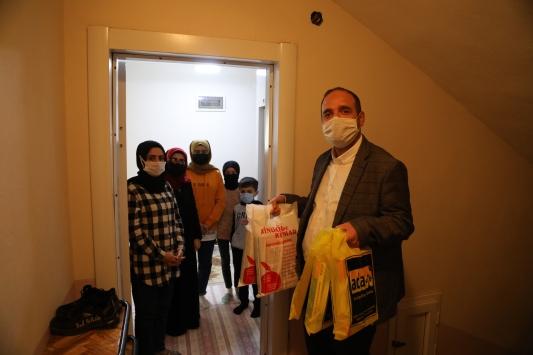 Bingöllü öğretmen ev ev dolaşıp öğrencilerin kitap ihtiyacını karşılıyor