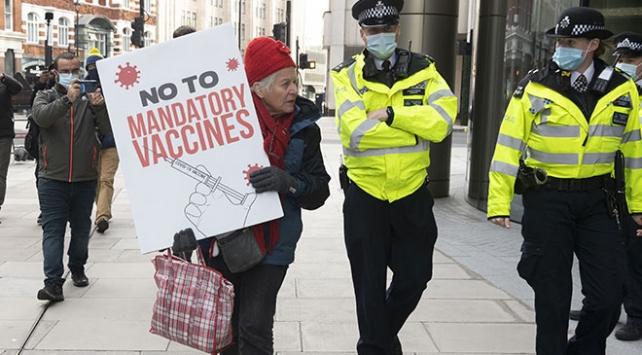 İngilterede aşı karşıtları sokağa çıktı: 3 kişi gözaltına alındı