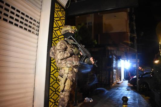 İstanbulda uyuşturucu satıcılarına yönelik eş zamanlı operasyonda çok sayıda şüpheli yakalandı