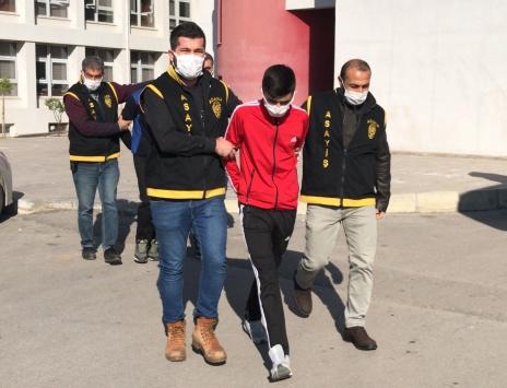 Adanada yaşlı kadını evinde gasbettiği iddiasıyla 3 zanlı yakalandıb