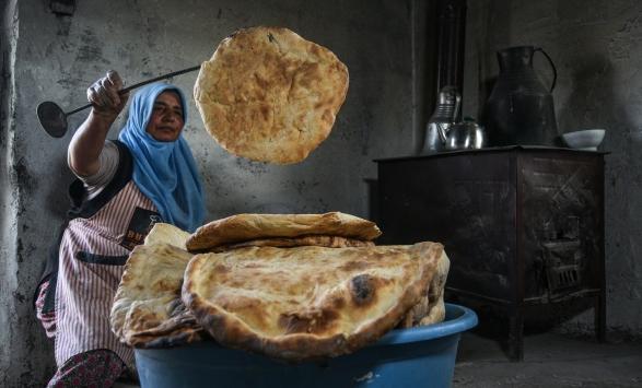 Arpaçaydaki köylü kadınlar imece usulü ekmek yaparak ilçedeki fırına gitmeye gerek duymuyor