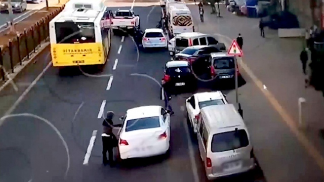 Otomobilden hırsızlık anı kamerada