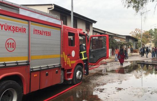 Adanada mobilya atölyesinde çıkan yangın hasara neden oldu