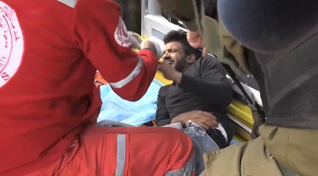 İsrail askerleri, yaralı Filistinliyi ambulanstan almaya çalıştı