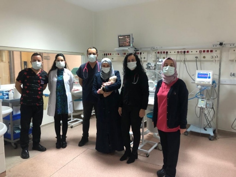 Suriyeli ailenin 450 gram doğan bebeği hayata tutundu