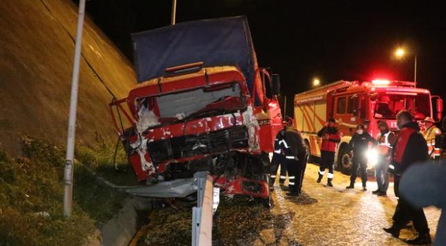 Anadolu Otoyolunda kamyon tıra çarptı