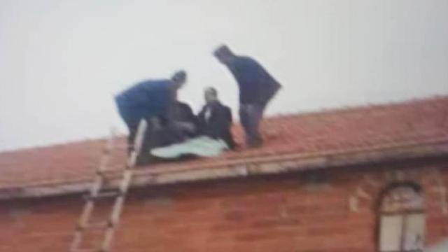 Takla atan araçtaki sürücü evin çatısına böyle uçtu