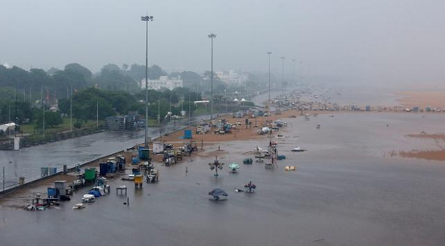 Hindistanı Nivar Kasırgası vurdu