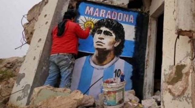 Suriyeli sanatçı, Esedin yıktığı binanın duvarına Maradonanın resmini çizdi