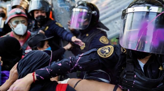 Meksikada kadına yönelik şiddet protestosunda 23 polis yaralandı