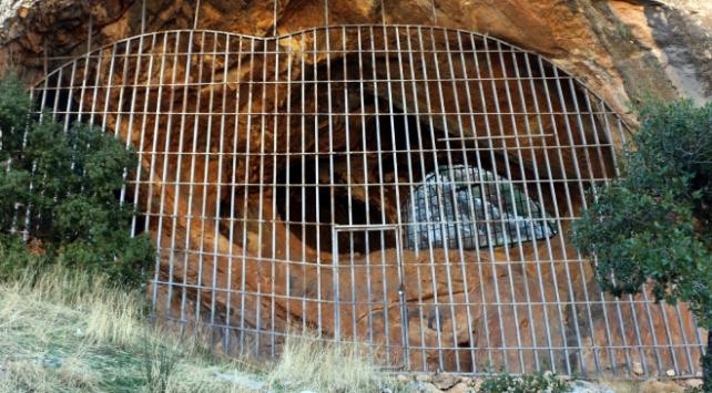 Taş devrinden kalan mağara demir kapıyla korunuyor