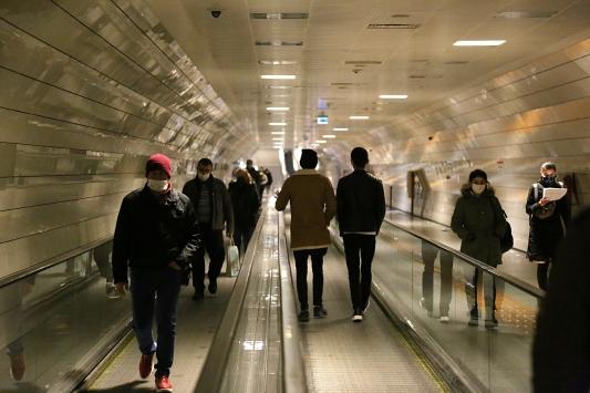 İstanbulda toplu taşıma araçlarında ve duraklarda yolcu yoğunluğu