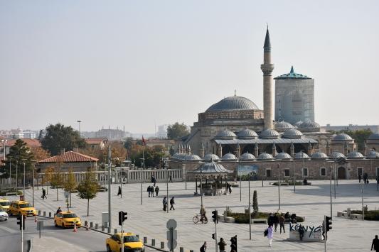 """Mevlana Müzesinin turkuaz kubbesi """"100 ton yük""""ten kurtarıldı"""