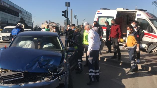 Bursada kuvözdeki bebeği hastaneye nakleden ambulans kaza yaptı: 2 yaralı