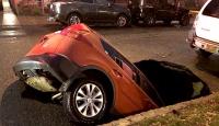 Asfalt çöktü araba içine düştü