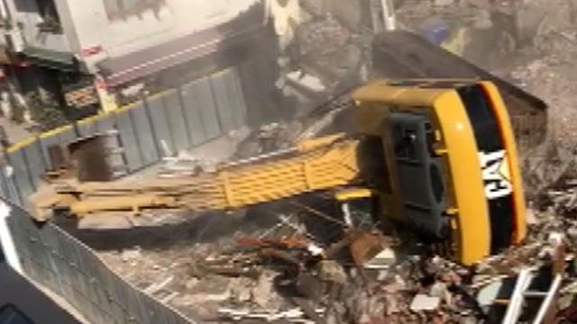 Bakırköy'de yıkım yapan kepçenin devrildiği anlar kamerada