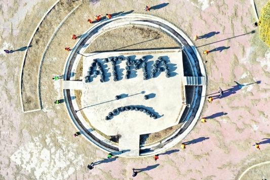 """Iğdırdaki temizlik işçileri sokaklardan toplanan çöplerle """"ATMA"""" yazdı"""