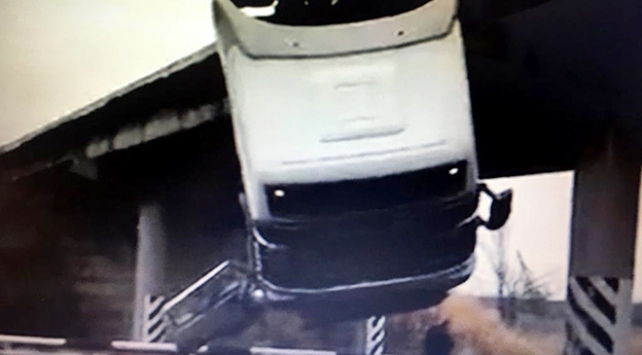 Ukraynada freni boşalan kamyon köprüde asılı kaldı