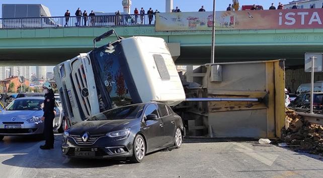 Şişlide hafriyat kamyonu otomobilin üzerine devrildi