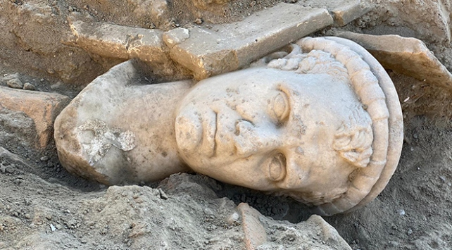 Laodikya Antik Kentinde 2 bin yıllık rahip başı heykeli bulundu