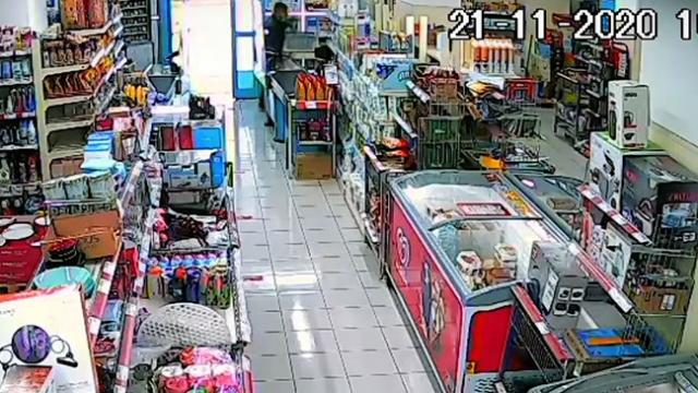 Market çalışanı soyguncuyu turşu kavanozuyla durdurdu
